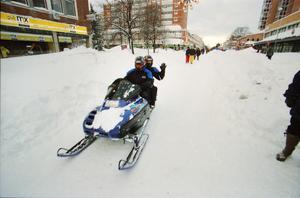 Skotrar, skidåkare och fotgängare trafikerade Gävles gator.