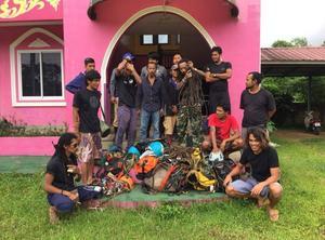 Teamet poserar framför kameran tillsammans med sin utrustning. Foto: Hot Rock Climbing School