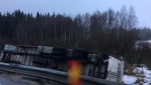 Vid en av olyckorna kanande lastbilssläpet av vägen och välte