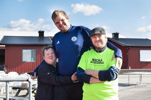 Mathias Hallberg och kompisen Henrik Spjuth la armarna om varandra och Anton Östlund, medlem i Svenska Downföreningen.