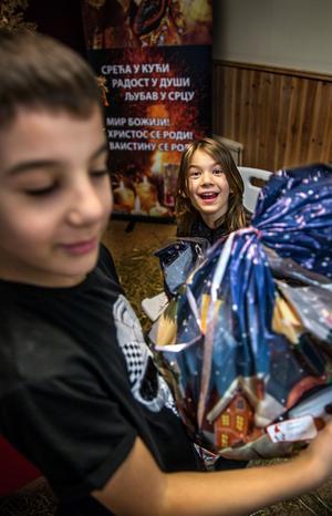 Sjuåriga Novak Ramovic och nioåriga Sofija Kulijadin har precis fått sina julklappar.