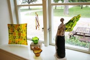 Varje fönster har smyckats omsorgsfullt av konstnärinnan.