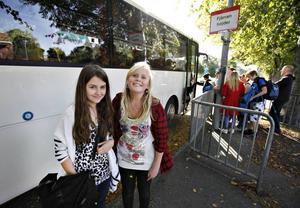 Lugnare nu. De båda 14-åringarna Rebecka Öhrn och Sannela Sundgren, båda Hedesunda, tycker att det har blivit lugnare på bussen efter det att väktare bemannar den.