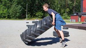 Johan Manske kör ett funktionellt träningspass med däckvältning. I september rycker han in i hemvärnet i Skövde.