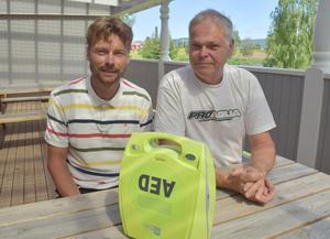 Magnus Knuts och Nils Berglund har lärt sig hjärt- och lungräddning på jobbet vid Clas Ohlson respektive inom räddningstjänsten.