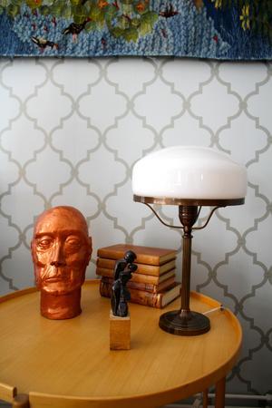 Samling. En så kallad Strindberg-lampa , ett dansande par skapat av Lottas väninna, läderinbundna böcker och huvudet som Lotta skapat själv.