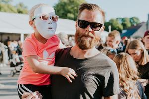 Roger med dottern Nicky, som var redo med en vit mask precis som LBSB hade på scenen.