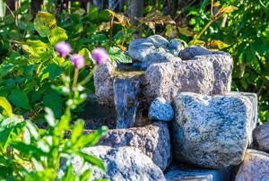 Kring dammen med det lilla vattenfallet porlar det avkopplande – i sann spa-anda.