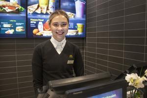 Klara Ahlin är skiftledare på snabbmatsrestaurangen i Bollnäs.