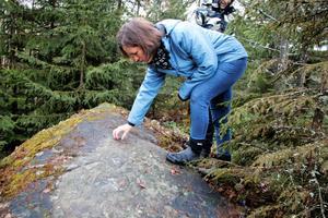 Det är tio år sedan Erika Nicklasson upptäckte stenristningen. Under åren har hon besökt platsen många gånger.