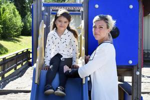 Johanna Malmqvist på Alnö är besviken på kommunens agerande som innebär att hennes femåriga dotter Joline skiljs från sina förskolekompisar.