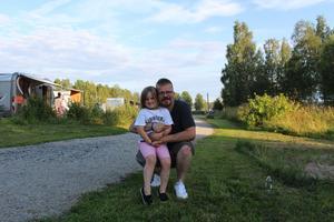 Freja Oline Baks-Sjöberg och hennes pappa Leif Baks-Sjöberg åkte till Räfsnäs från Norge. De är här för första gången. Dotterns favoritbil är Ford medan pappan spanar in Chevroleter.