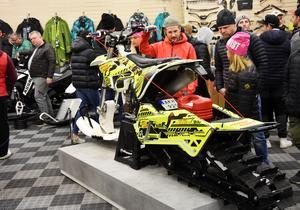 Denna snowbike på Motorhuset är redo för snön sedan man skruvat av hjulen och förvandlat crossen till en maskin för vinterföre. Får köras på inhägnat område.