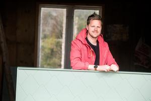 Andreas Åkesson med en av Pamboof-sänggavlarna.