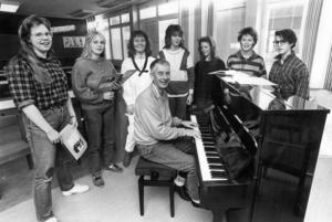 Körsång var obligatoriskt på PC:s musiklinje. 1987 tränade läraren Karl-Fredrik Jehrlander eleverna Bodil Bardosson, Monika Mårtensson, Märit Linnarsson, Lotta Norell, Linda Gunnarsson, Malin Bergman och Ingela Hyttsten.