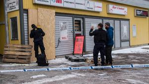 Polisen utförde en teknisk undersökning på platsen på tisdagsmorgonen. Butikschefen Robert Larsson var på plats.