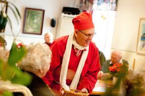 Nils Norlén och hans tomtekompisar lyste upp i julmörkret i många år, här 2009. Nu har han blivit pensionerad även från denna syssla. Foto: Robin Norlén