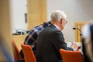 23-åringen i rättssalen, med sin advokat Ulf Medefelt.
