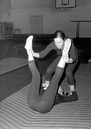 Vighet. De skulle rulla runt. Inger Högström-Westerling stående samt Gunilla Björck.