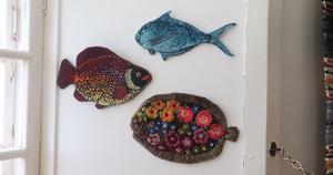 Några av Julia Widstrands broderade fiskar.