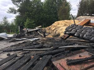 Förutom den stora förrådsbyggnaden brandskadades även två andra förråd. Dessutom började det brinna i ett trapphus i ett bostadshus.