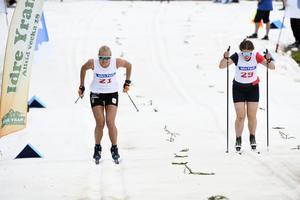 En av världens bästa sprintskidåkare, Maja Dahlqvist vann ifjol premiären av Idresprinten. På bilden i ett av heaten mot Idres Elina Franzén.