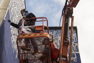 Vincent Abadie Hafez under arbetet med muralmålningen. Arkivbild.