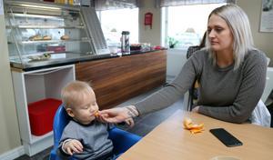 För att dämpa sin oro inför sin första förlossning önskade Mimmi Brosson, här tillsammans med sonen Loke nio månader, ett planerat kejsarsnitt.