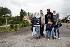 Rana Dabit, till höger, och hennes familj har precis kommit till Sverige. De placeras på flyktingförläggningen i Nyhyttan utanför Nora. Bilden är tagen i september 2015. Förutom Rana syns hennes man Moataz Amino och deras dotter Zehraa. Bredvid står Moataz föräldrar Hsna och Satwat Amino och deras dotter Shahed.Arkivfoto