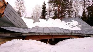 Så här ser taket ut på dansbanan på Floparken just nu. Totalrasat. Bild: Privat