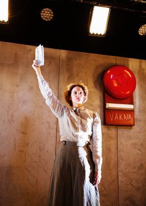 Riksteatern är en av dem som uppmärksammar rösträttskvinnor inför 100-årsjubileet, i år satte de upp Elin Wägners