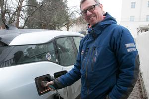 Christer Johansson Wredenborg, Nynäshamn, köpte sin första elbil för fem år sedan. Hittills har det varit problemfritt eftersom han kan ladda bilen på jobbet.