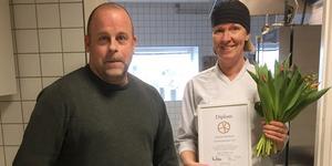 Biträdande rektor Anderas Stjernström tillsammans med kocken Kicki Hedqvist från Fyrens förskola som precis fått motta diplom och blommor för utmärkelsen som en av Sveriges tio bästa offentliga eko-kök. Pressbild. Foto: Karin Sundell, Gävle kommun