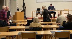 Ska Socialdemokraterna ha kvar sina ordförandeposter nu när de inte längre har majoritet? Det undrar Lars Hjertén.