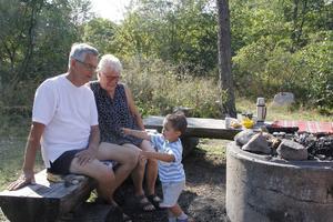 – Jättebra med fräschare toaletter, tycker Börje och Lotta Nilsson från Valskog, som besökte Botten med barnbarnet William.