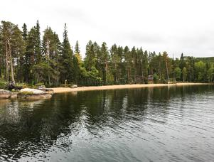 Farleden runt Ammerön omges av vacker natur som ståtliga tallar, klippor och sandstränder.