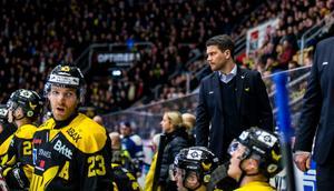 Thomas Paananen hyllar sin assisterande lagkapten, Kenny Källström (23).