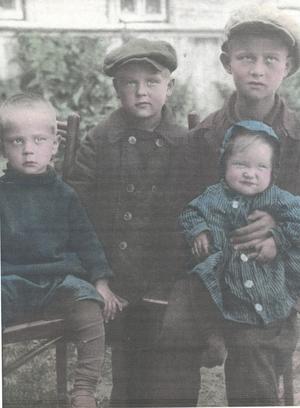 Ett kolorerat foto från 1932 taget i Aropakkasi, syskonen Eino, Armas, Toivo, som var äldst och familjeförsörjare, med lillasystern Lena. Foto: Privat