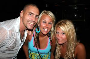 Blue Moon Bar. Jessika och Anna med kompis