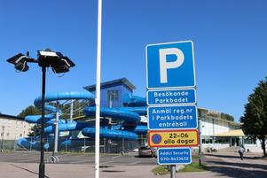 På Parkbadet är det gratis parkering. Men man måste registrera parkeringen vid receptionen.