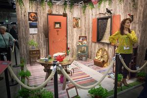 Häxans trädgård, av Hella Nathorst-Böös.På Häxans magiska balkong odlas samma hälsobringande växter som använts i årtusenden. Häxan fräschar upp urgammal kunskap och tillvaratar växterna i vårdande hudkrämer, ljuvliga parfymer och läkande teer.