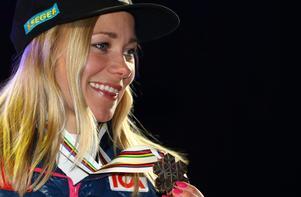 Frida med sin tredje raka VM-medalj. Foto: TT