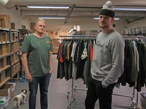 """Rasmus Molund och Måns Hegevall har fått frågor om varför de valde finländska mumintroll i stället för svenska Hälge. """"Plagg med Hälge skulle ha fått en marknadskänsla över sig. Vi vill skapa streetwear"""", säger Måns Hegevall."""