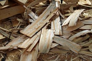 Träet  måste vara fuktigt för att spånen inte ska spricka vid hyvling.