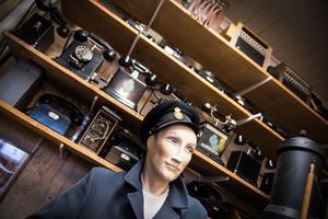 I ett av rummen står en stor samling av telefoner. Lena arbetade nämligen i telebutiken i Köping.