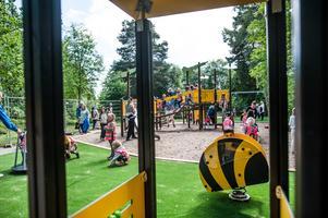 Lekplatsen Guldkullen på Bjurhovda var välbesökt av lekande barn under torsdagen.