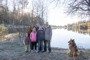 Mattias Ivarsson och Ulrica Moell poserar vid sjön i Kratte Masugn, med barnen Lucas, Lilly, Liva och Lovisa och hunden Weasly.
