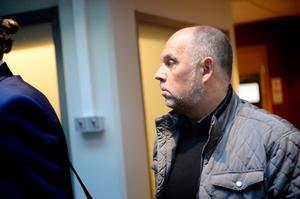 Anders Jansson på väg in i rättssalen.