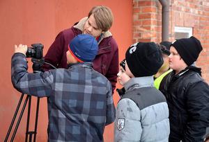 Elever i Torpshammars skola gör film tillsammans med Jonathan Norberg och Film Västernorrland. Det är ett exempel på vad Skapande skola-pengar kan användas till. Bild: Micke Engström