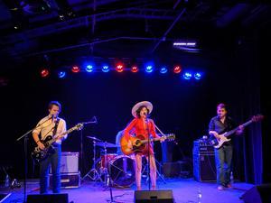 Whitney Rose och hennes band spelar en snällare retrocountry som inte riktigt når ända fram Foto: Paula Dalin